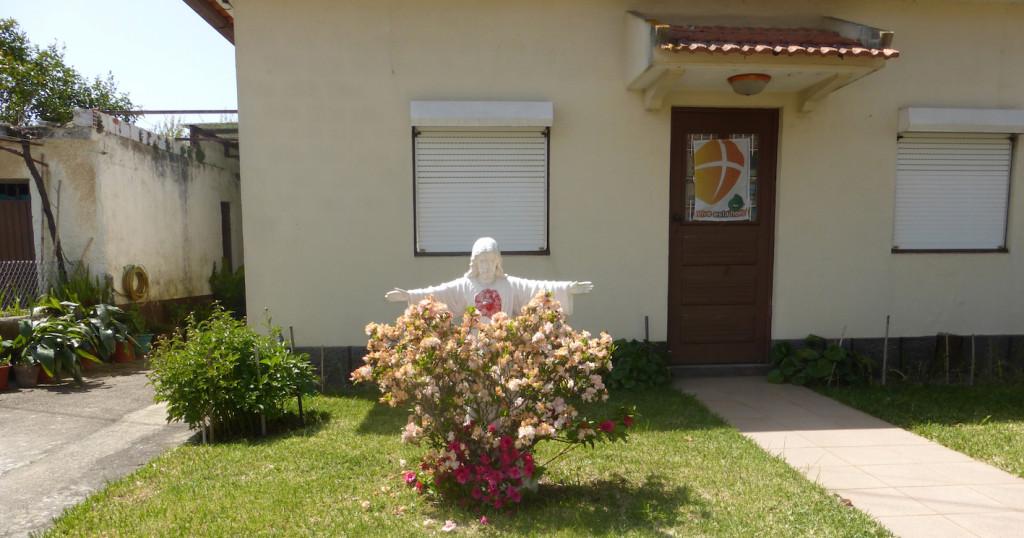 Jesusfigur im Garten